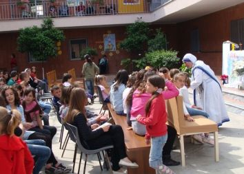 Albania: Siostry misjonarki dla dzieci ze slumsów Tirany 2011